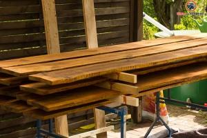 Zaunbohlen mit Dachlatten platzsparend stapeln