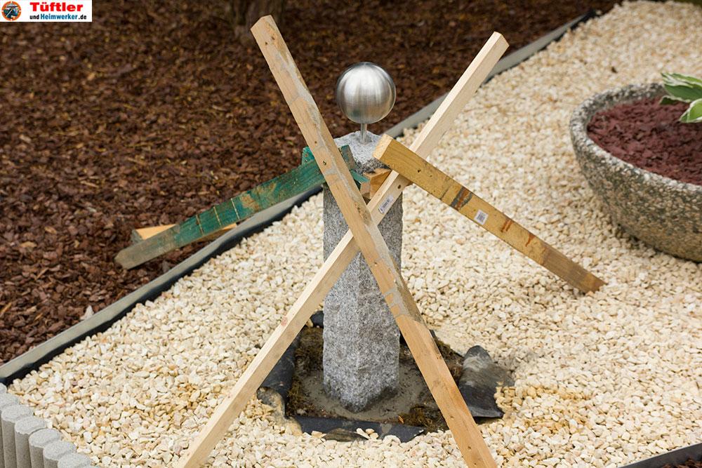 granit-dekosaeule-garten-saeule-einbetonieren-abstuetzen-12