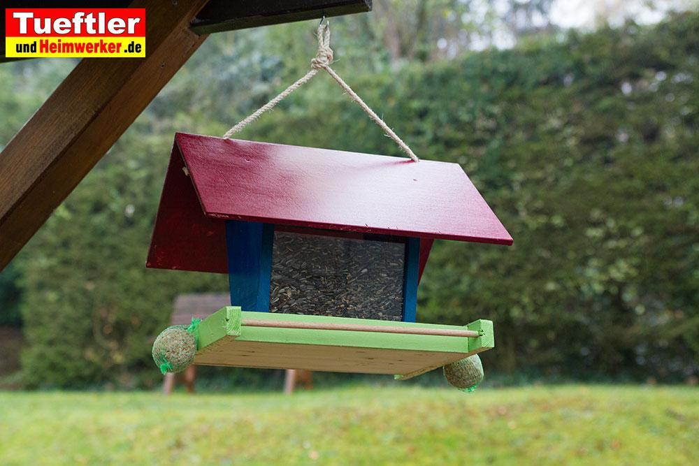 futterhaus-vogelhaus-aufgehaengt