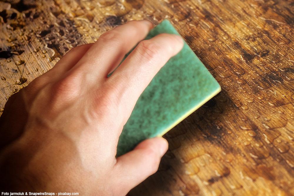 Wasserflecken-Holz-Moebel-Hand