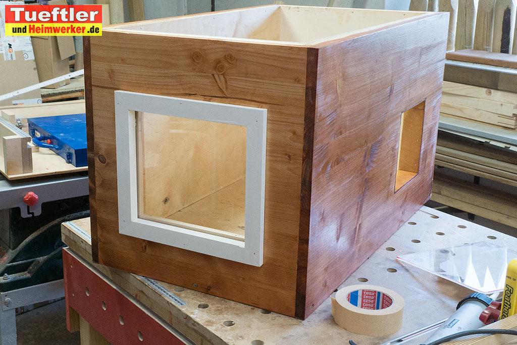 Katzenhaus-DIY-Projekt-Acrylglasscheibe-einbauen