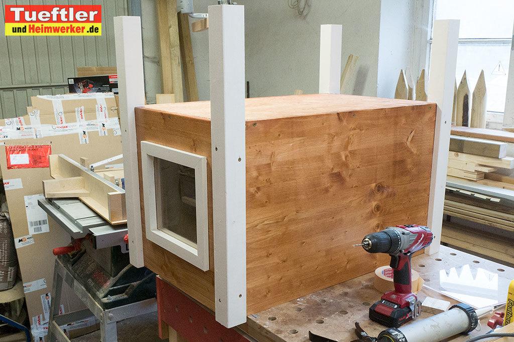 Katzenhaus-DIY-Projekt-Beine-montieren