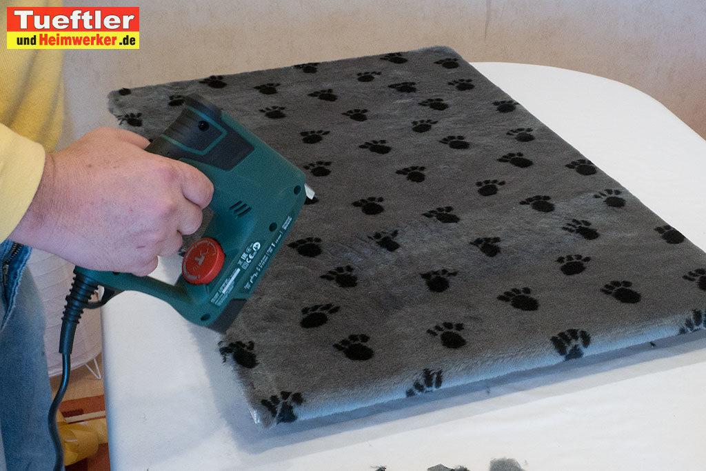 Katzenhaus-DIY-Projekt-Einlegeplatte-Pluesch-antackern
