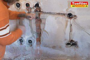 TV-an-die-Wand-haengen-Leitungen-legen