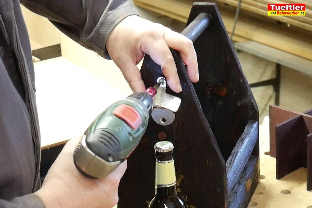 Biertraeger-Flaschentraeger-Maenerhandtasche-Holz-Flaschenoeffner-montieren-14