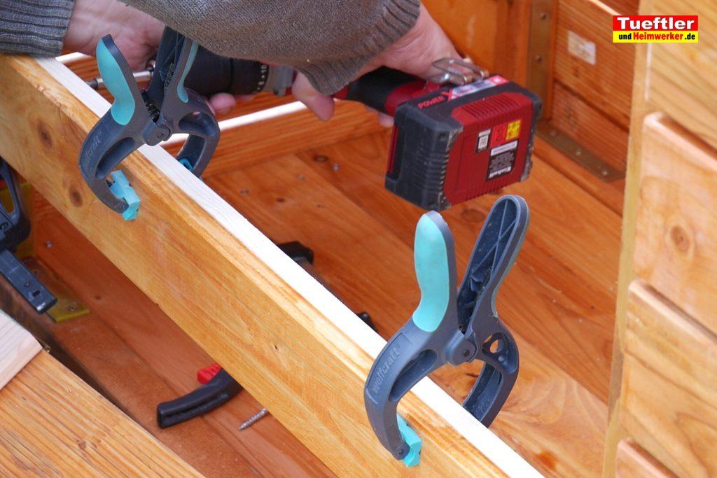 Schritt-12-Hochbeet-Muellbox-Gartenbox-Latte-montieren