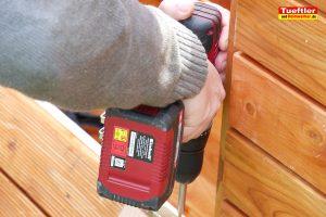 Schritt-13c-Hochbeet-Muellbox-Gartenbox-Scharnier-montieren