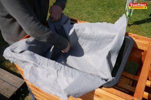 Schritt-15e-Hochbeet-Drainage-Filtervlies-einbauen
