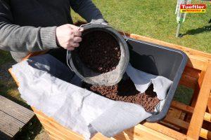 Schritt-15f-Hochbeet-Drainage-Steine-Tongranulat-einfuellen