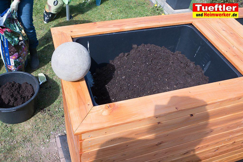 Schritt-15h-Hochbeet-Pflanzerde-auffuellen