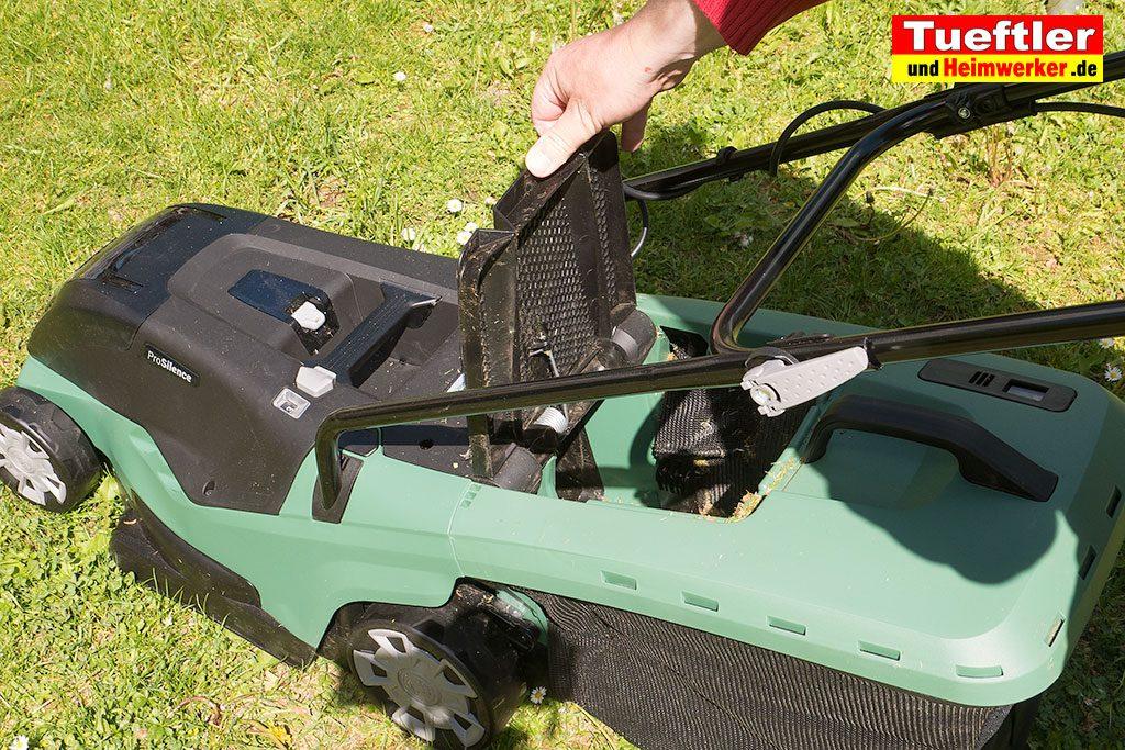 Akku-Rasenmaeher-Test-Bosch-Universal-Rotak-36-550-36-560-Grasfankkorb-anstecken2