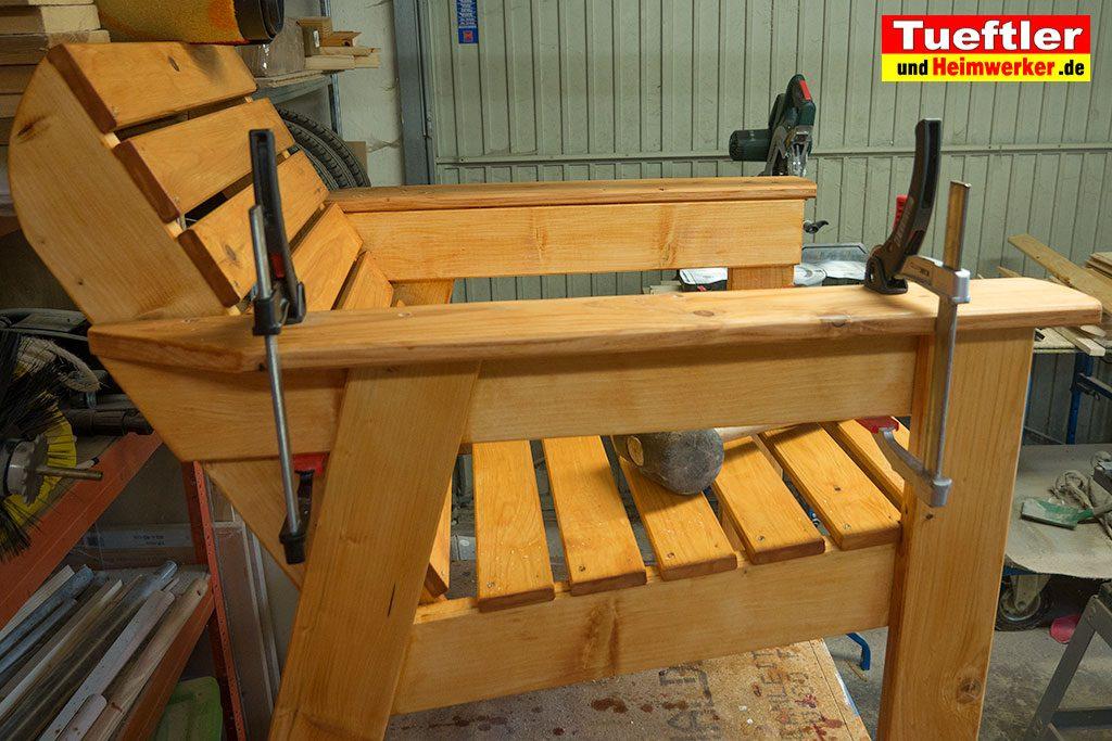 Gartenstuhl-bauen-Armlehne-montieren