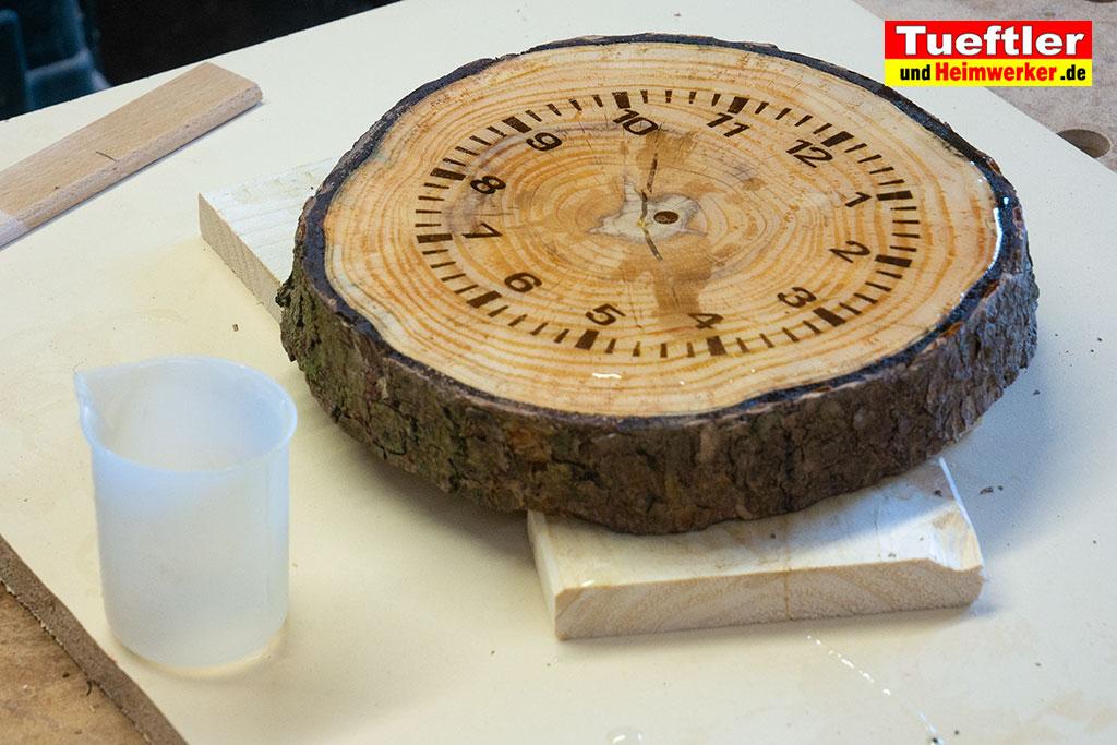 Baumscheiben-Uhr-Epoxidharz-eingepinselt