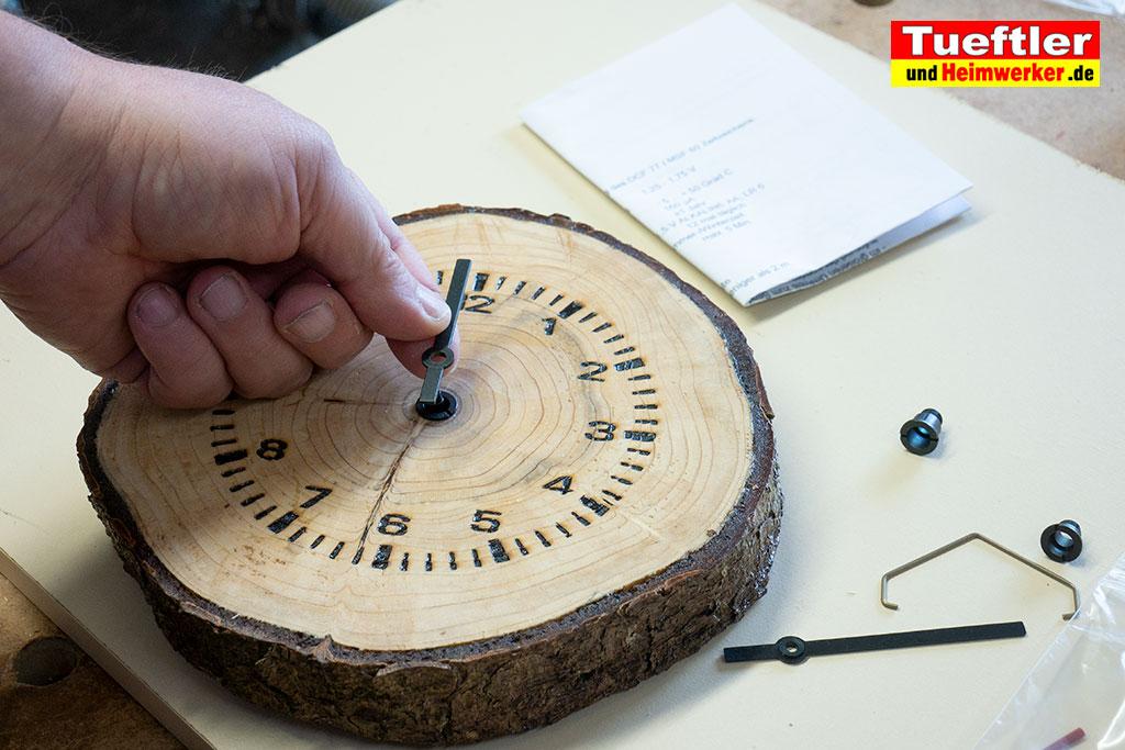 Baumscheiben-Uhrwerk-Nadel-herausziehen