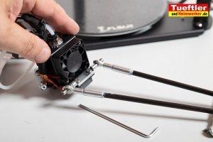 Flsun-Q5-Delta-3D-Drucker-Tutorial-Aufbau-Gestaenge-am-Druckkopf-montieren-2